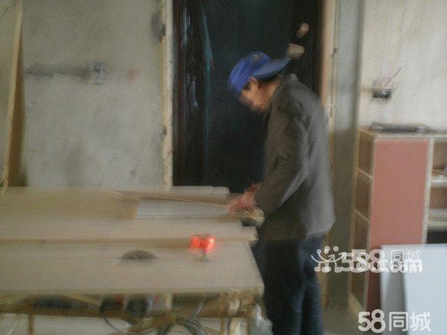 木工师傅在制作橱柜