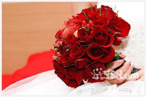 红玫瑰新娘手捧花