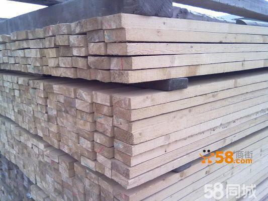 木方,俗称为方木,将木材根据实际加工需要锯切成一定规格形状的方形条木,一般用于装修及门窗材料,结构施工中的模板支撑及屋架用材,或做各种木制家具都可以。,各种规格建筑木方竹胶板清水模板等,价格优惠送货上门货到付款,欢迎来电咨询! 根据客户要求规格,给予最低价钱,质量保障,送货上门。 主要由松木、椴木、杉木等树木加工成截面长方形或正方形的木条。是装修中常用的一种材料,有多种型号,用于撑起外面的装饰板,起支架作用。天花吊顶的木方一般松木方较多。一般规格都是4米长,有2*3cm的3*4cm的,4*4cm的等。